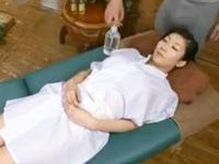 巨乳熟女がローションマッサに発情→中出しw