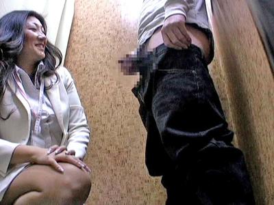 試着室に女性店員呼んで勃起チンポ見せつけた結果wwww