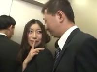 エレベーターの中で美女OLを立ちバックでFUCK!