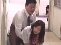 授業中に女生徒とこっそりパコる淫行教師…後ろでがっつりバレてますよww