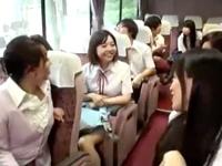 エロ巨乳JKが修学旅行先で同級生チンポ使って乱交ハメ→大量中出しで妊娠→退学決定w