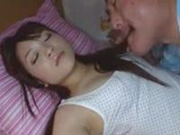 熟睡妻を横目に愛娘を夜這いする義父→バックからガン突き責めで悶絶イキ