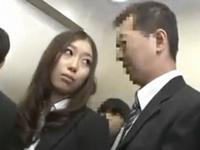 満員のエレベーターでOLに痴漢したら嫌がるどころか痴女られた