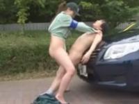 「もっと奥まで突きなさい!」痴女が駐車違反をした男性を野外で逆レイプ!