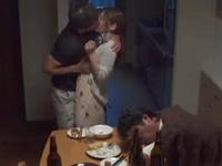 「ダメ!主人が起きちゃう‥」酔いつぶれた上司が寝てるすきに奥さんを強引にハメ!