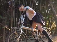自転車のサドルでオナニーしてたパイパンJKが男に見つかり犯されるw