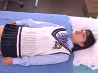 保健室で休んでるJKにムチャぶりゲーム→罰ゲームで3Pしちゃう男子学生