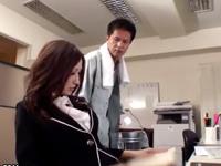 「誰か来ちゃう!」 巨乳女教師のJULIAが同僚先生と誰もいない職員室で濃厚SEX!