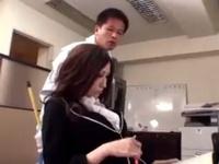 巨乳な女教師が膣奥まで届く激しいピストンに悶えまくりw