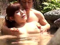 「この温泉ピリピリするね‥?」媚薬入りの露天風呂で淫乱化した女性客がハメられる