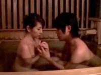 温泉入浴中に息子が乱入‥成長した肉棒にガマンできず近親相姦