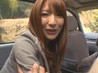 「え!?ここで?w」山奥の車内でカッチカチ棒をしゃぶってくれる彼女