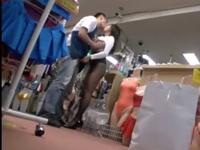 アダルトショップで美女が露出→欲情した男性店員がガマンできず生挿入