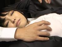 睡眠薬かがされ熟睡状態のボインOLを夜這いハメ→パンスト貫通ピストンに徐々に喘ぎ始めるw