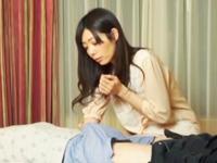 寝ている彼氏の勃起チンポに欲情するスケベボディの彼女w