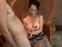 欲求不満な熟女人妻が若いチンポ誘惑してフェラ手コキで搾精!