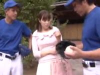 巨乳娘に極小ビキニ着せて野球ゲームに挑戦→罰ゲームは選手をフェラ抜き!