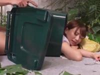 ゴミ箱にハマって身動きが取れない美女を後ろからチンポをぶち込む