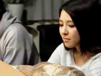 武●咲似「ダメ‥帰ってきちゃう‥」の友達彼女をこたつでこっそり寝取りパコ