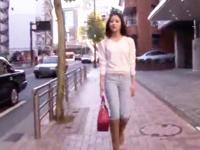 「こんなの‥恥ずかしいよぉw」モデル体型のS級娘を穴あきデニムで着衣パコ!