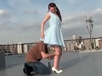 胸元チラ見せスワンピースで隣人を誘って屋上でフェラ抜き