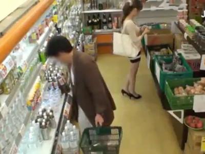 スーパーで買い物するお姉さん→媚薬チンポ挿入で放心状態中出しSEX