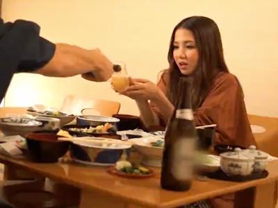 美男美女カップルが温泉旅行でイチャイチャ生ハメSEX!