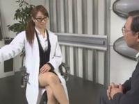 中年患者のチンポを勃起させて中出し搾精!痴女すぎる女医の生パコ開始!