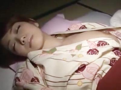 「中に出しちゃったね♪」浴衣で寝ていた美女を夜這いして深夜の子作り中出しパコ