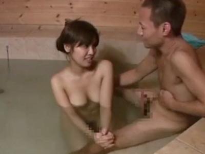 混浴風呂で一緒になった女子大生をナンパ→その場で容赦なくパコるw
