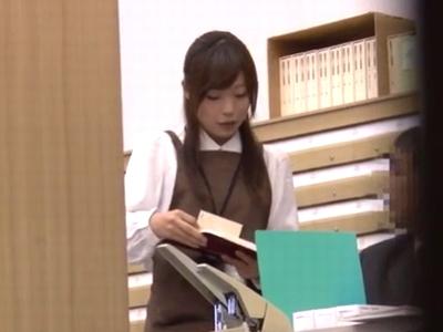 図書館の美人司書さんを無理やりレイプ→声も出せずに中出し受け入れガチ妊娠w