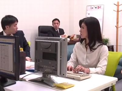上司に呼び出された熟女OLが会議室で役員たちにおマンコ提供w