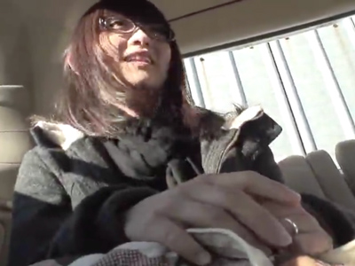 眼鏡の浮気なんて全くしなそうな素人妻がナンパで乗った車内でフェラ