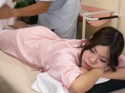 夫がすぐ傍にいるのにも関わらず整体師に寝取られる美人妻