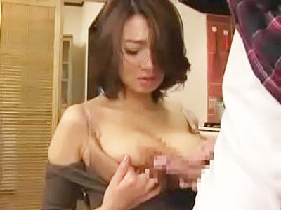 料理中に後ろから襲われてフェラを強要される美人妻