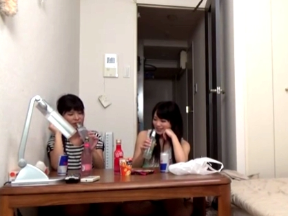 同級生宅に遊びにきた女子大生2人がレズプレイ→男友達も乱入して3Pハメ開始!
