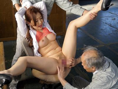 父の工場の老働者の汚れたジジイチンポに輪姦される未亡人