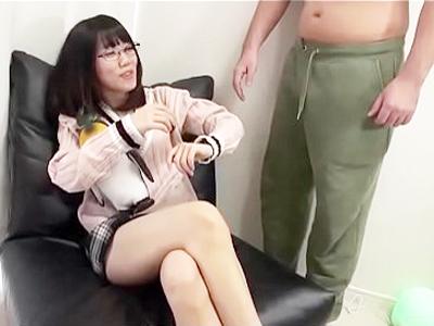 眼鏡の地味そうなスレンダー美少女の身体が壊れるほどの激パコアダルト