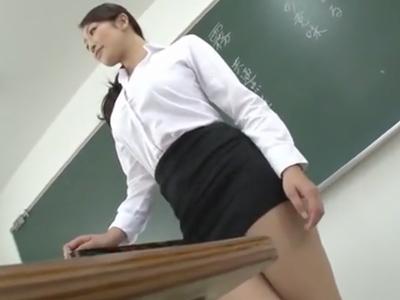 スケベボディな美人教師が電車の中で生チンポをぶち込まれマジイキ絶頂w