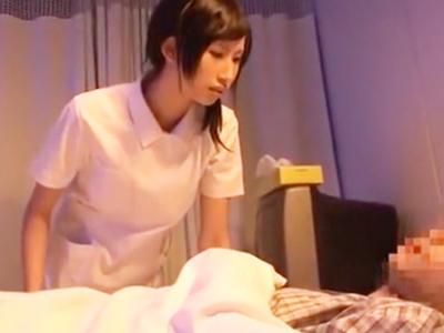 ド淫乱なナースが寝たきりの患者チンポを手コキ&フェラ抜き!