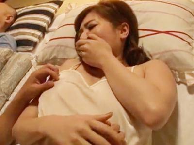 義息が巨乳な義ママを眠る父の近くで夜這いし中出し近親