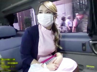 仕事中の歯科助手が車内に乗り込んでサクッとフェラ抜き