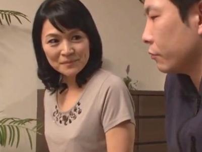 欲求不満な叔母に生チンポを挿入→膣内にたっぷりザーメン中出し!