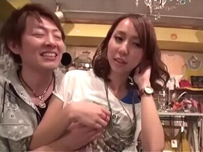 「だめです!ちょっと待ってッ」古着屋で働く美女をナンパし店内で公開ハメ!