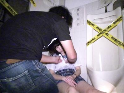 意識を失ったJKを廃ビルのトイレに連れ込みレイプ