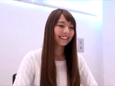 カフェで働くアイドル顔の女子大生がオナニーだけじゃモノ足らずAVデビュー!