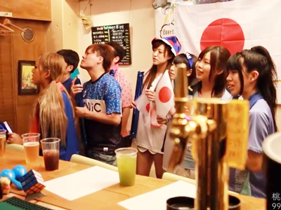 ワールドカップ中のスポーツBARで盛り上がるサポーター女子をナンパ即ハメ