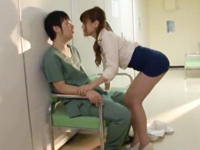凹んでいる外科医を誘惑するスケベ女医→病院内の廊下でまさかの即パコw