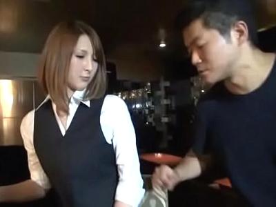 「え…ちょっとw」高級クラブで働くハーフ顔の美人店員と店内パコ!