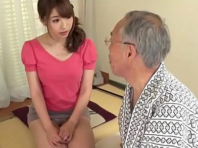 小鳥の餌付けのように咀嚼して義父についばむ嫁が介護セックス